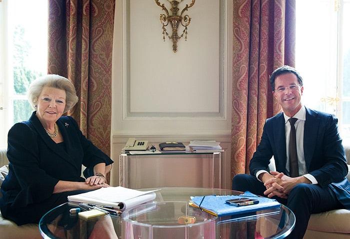 La regina Beatrice d'Olanda con il primo ministro Mark Rutte. Foto: DWiki2-CC BY 2.0