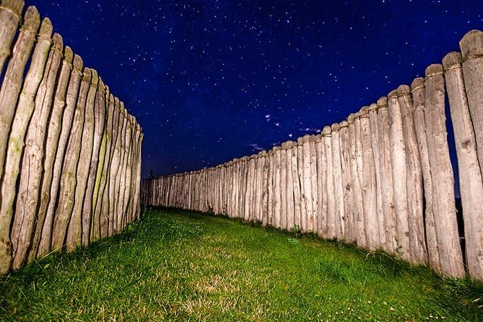 Cerchio di Goseck. Fra le palizzate, di notte. Foto: Andreas-Vogel CC BY-SA 3.0