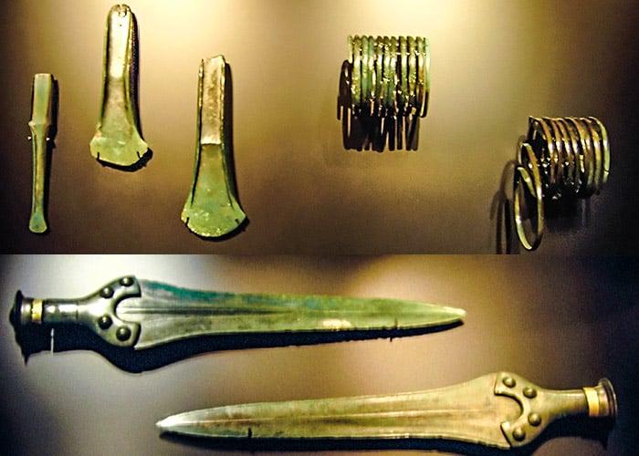 Gli oggetti trovati accanto al disco: due spade, due asce, bracciali e uno scalpello. Foto: Dbachmann CC BY-SA 3.0