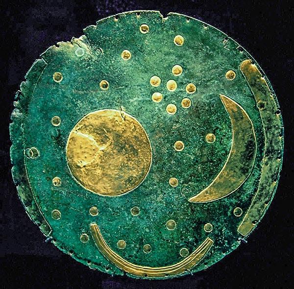 Disco del cielo di Nebra. Originale esposto nel Museo di Halle. L'applicazione che rappresenta l'arco dell'orizzonte sul lato sinistro è andata perduta. Foto: Dbachmann CC BY-SA 3.0