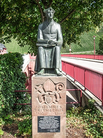 Statua di Tritemio di Sponheim a Trittenheim, sua città natale. Foto: RKoman CC BY SA 3.0
