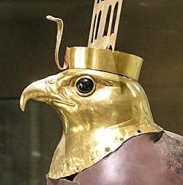Testa del falco Horus scoperta a Hierakonpolis da F. Petrie. Probabilmente risale alla VI dinastia. Museo Egizio del Cairo.