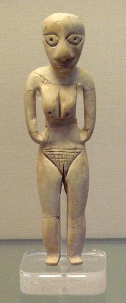 Figurina di donna della cultura Badari, V millennio a. C. British Museum, Londra. Foto: Bobak Ha'Eri CC BY 2.5