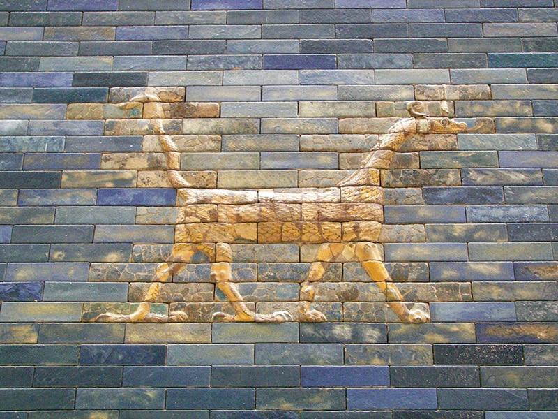Drago babilonese Mushussu raffigurato sulla splendida porta di Ishtar. Pergamon Museum, Berlino. Foto: Hahaha CC BY SA 2.0