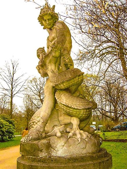 Sigfrido lotta contro il drago, 1890. Statua di Constantin Dausch nei giardini pubblici della città di Brema. Foto: Rami Tarawneh CC BY SA 2.5