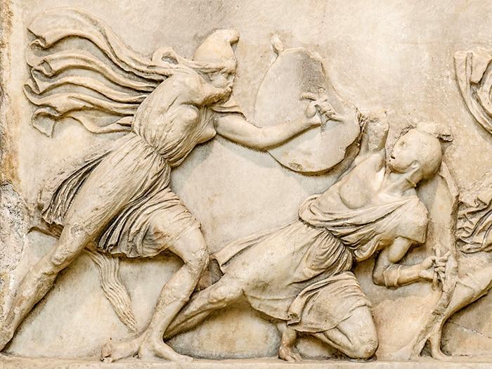 Battaglia fra le Amazzoni e i Greci. Fregio del Mausolep di Alicarnasso, 350 a.C. Britisch Museum. Da notare il tipico berretto frigio dell'amazzone. Foto: Marie Lan-Nguyen CC BY 2.5