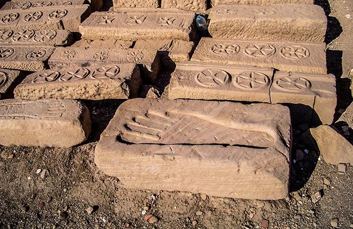 Rilievi ornamentali del tempio di Medinet-Habu. Ben visibili sono i