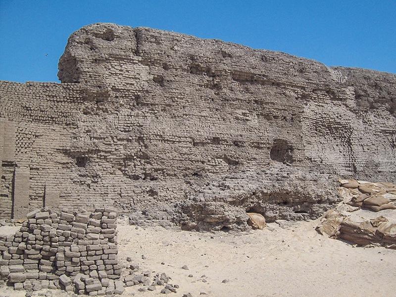 Un tratto di mura della costruzione attribuita a re Kahsekhemui, detta
