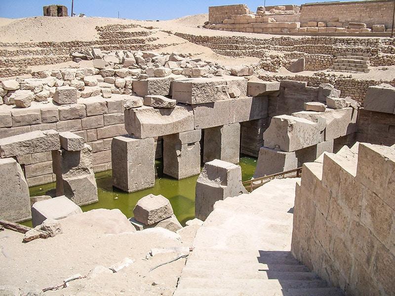 L'Osireion, struttura ipogea. Ben visibili nel mezzo sono i grossi monoliti di granito. Foto: Sabina Marineo
