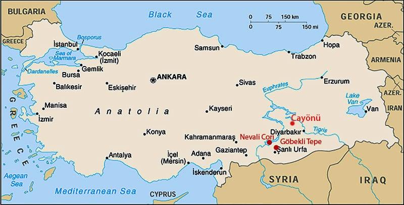 Carta della Penisola Anatolica. A 40 km a nord-ovest di Diyarbakir e a 7 km a sud-ovest di Ergani è situato Cayönü. A nord-est, nei pressi di Sanliurfa, il sito di Göbekli Tepe. A poca distanza, a nord-ovest di Göbekli Tepe, il sito di Nevali Cori oggi sommerso dalle acque.