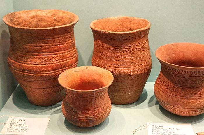 Vasi appartenenti alla Cultura della ceramica cordata. Museo della Preistoria di Berlino. Foto: Einsamer Schütze CC BY SA 3.0