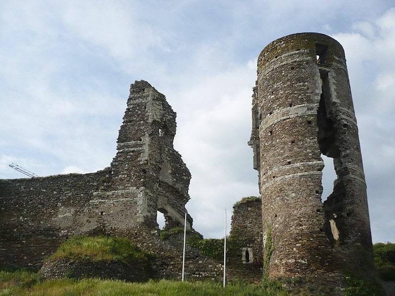 Rovine del castello di Champtocé, uno dei luoghi in cui Gilles de Rais perpetrava i suoi delitti. Foto: Romain Bréget CC BY SA 3.0