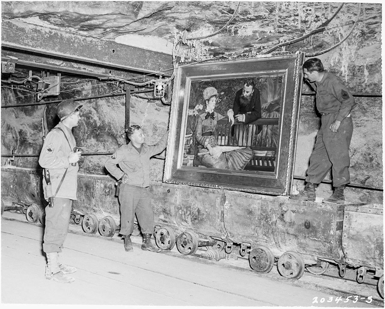 Soldati americani accanto a un dipinto di Moneta nel bunker di Merkers.