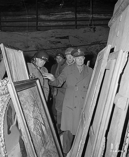 Il generale Einsenhower ispeziona alcuni dipinti del tesoro nazista di Merkers. Foto storica.