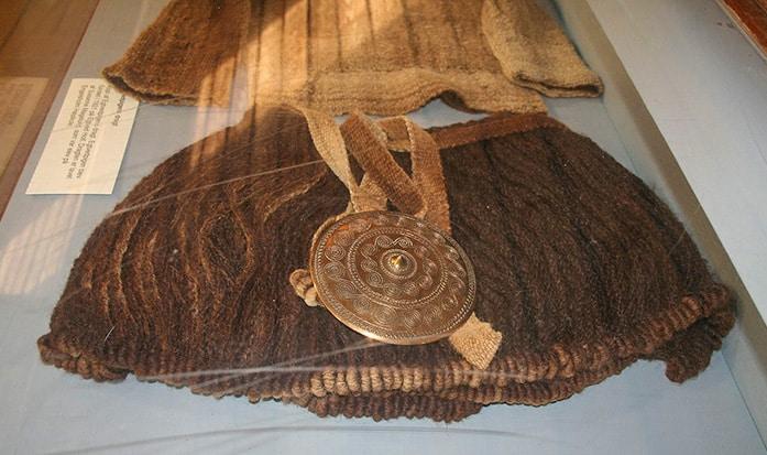 Ricostruzione della gonna e dell'ornamento a forma discoidale con le incisioni a spirale appeso alla cintura.. Museo del sito archeologico di Egtved. Einsamer-Schütze CC BY SA 3.0