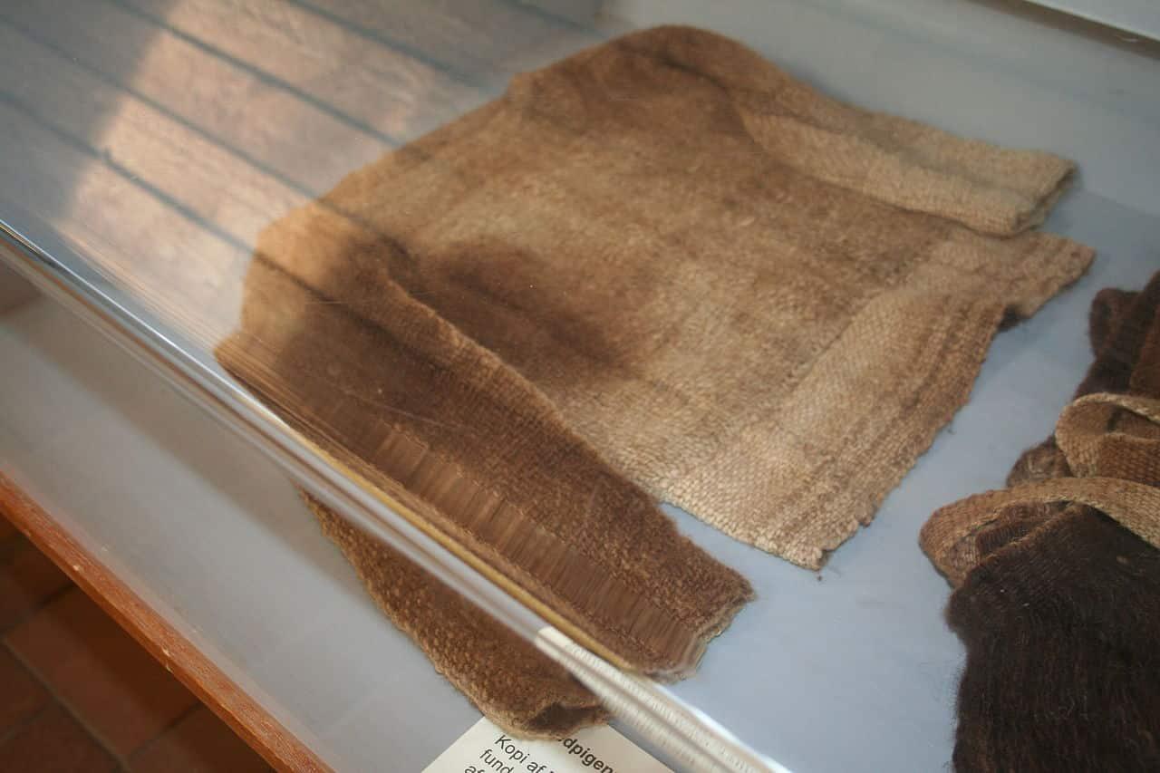 Ricostruzione della corta tunica, si potrebbe definire una maglietta, che portava la ragazza. Museo del sito archeologico di Egtved. Foto: Einsamer-Schütze CC BY SA 3.0