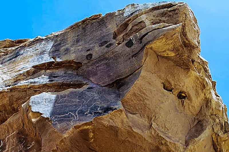 Una delle rocce di Qurta con i petroglifi di bovini. Foto: Per Storemyr/www.per-storemyr.net. Link al suo articolo