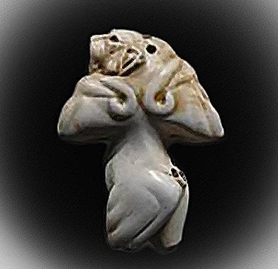 Leonessa di Guennol. In questa immagine sono visibili i fori sulla testa e sul fondoschiena della statuetta dove un tempo, probabilmente, era fissata una coda fatta di altro materiale.