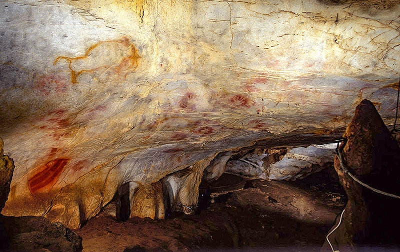 Cueva del Castillo, Cantabria. Bisonte e impronte di mani. Foto: http://www.cantabria.es/web/comunicados/detalle/- für/journal_content/56_INSTANCE_DETALLE/16413/1286185 CC BY 3.0