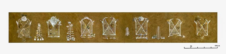 Ricostruzione della parete completa. Stette immagini stilizzate di donna, alberi e probabilmente abitazioni (triangoli sotto gli alberi). Foto: Landesamt für Denkmalpflege im Regierungspräsidium Stuttgart