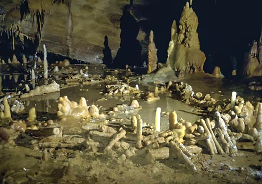 Un'immagine suggestiva all'interno della caverna di Bruniquel. I cerchi di pietra dell'uomo di Neanderthal: stalagmiti sulla pavimentazione della grotta. Image-credit- Jacques-Jaubert-et-al