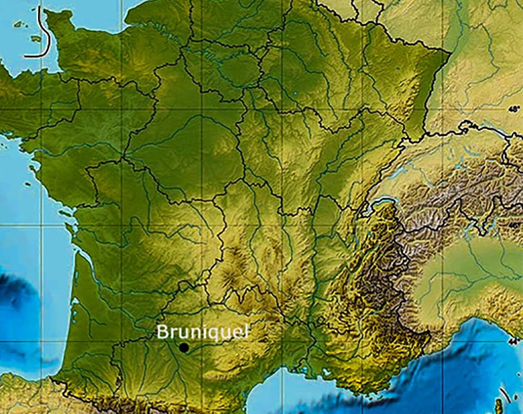 Bruniquel, nel Midi della Francia. Qui si trova la grotta con i cerchi di pietra, le più antiche costruzioni del mondo, opera dell'uomo di Neanderthal.