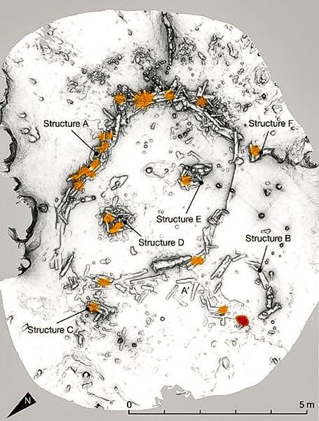 L'immagine riproduce l'esatta posizione delle strutture di pietra (stalagmiti) di forma circolare nel contesto del giacimento paleolitico, situate nel cuore della grotta. Copyright: Image-credit-Jacques-Jaubert-et-al