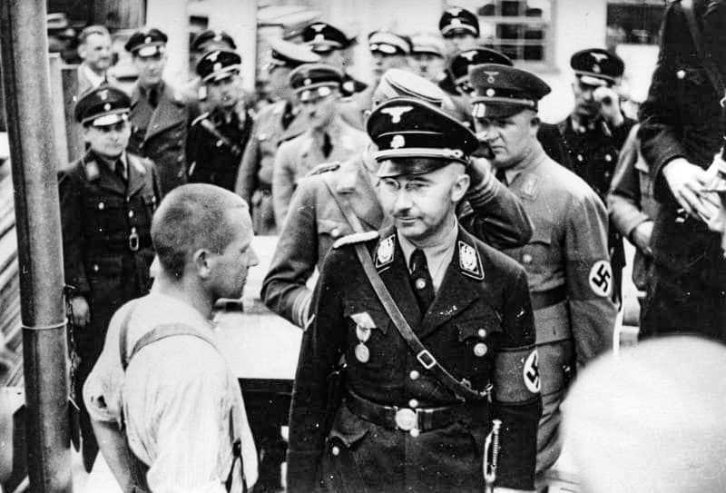 Heinrich Himmler in visita al campo di concentramento di Dachau nel 1938. Foto: Bundesarchiv-Bild-152-11-12 CC-BY-SA 3.0