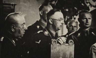 L'occultista Karla Maria Wiligut, detto Weisthor, nella foto a sinistra di Himmler. La foto è stata scattata nel Wewelsburg.