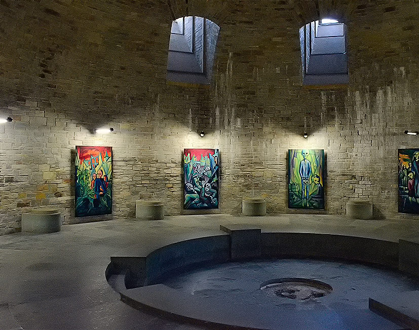 Cripta del castello di Wewelsburg. In questa stanza misteriosa si riuniva il gruppo di uomini dell'Ordine nero scelti da Himmler per celebrare riti segreti. Non sappiamo a cosa fosse destinato il piedistallo al centro della cripta. Forse ad accogliere il Graal? Foto: Reimund Schertzl