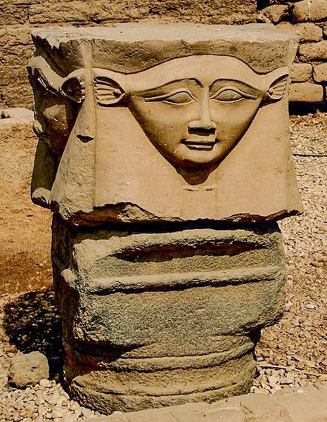 Capitello con una splendida testa di Hathor nel tempio di Dendera, Egitto. Foto: Steve F-E-Cameron CC-BY-SA 3.0