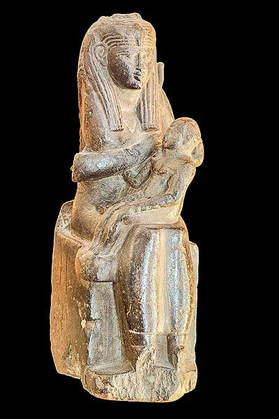 Iside con il piccolo Horus in grembo. Isis lactans. L'immagine che diede origine alle Madonne cristiane. Epoca tolemaica. Musée des beaux arts di Lione. Foto: CC-BY-SA 2.0