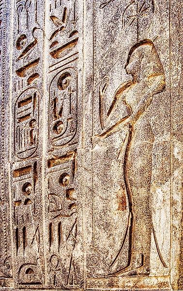 Raffigurazione geroglifica della dea Seshat nel tempio egizio di Luxor. Sul capo di Seshat si vede il simbolo di Sothis, la stella a sette punte, mentre nella mano la dea tiene un utensile di scrittura. Foto: Reimund Schertzl