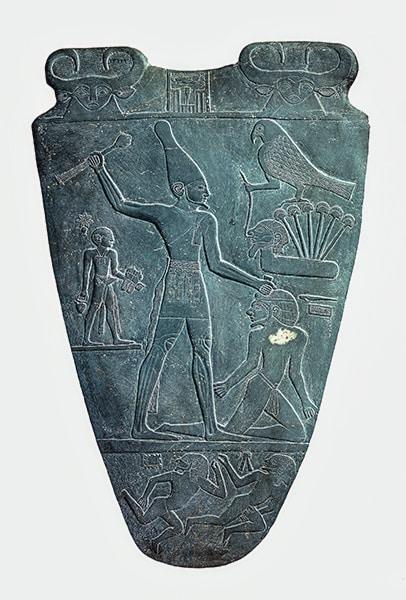 Paletta di Narmer. Sul registro superiore sono visibili due immagini della dea vacca cosmica Bat/Hathor. Museo Egizio del Cairo.