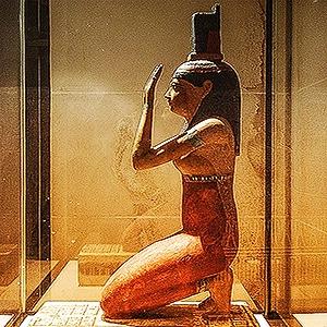 Splendida statuetta di Iside al Museo del Louvre, Parigi. Ben visibile è qui il simbolo del trono sul capo. Foto: Vania Teofilo CC BY SA 3.0